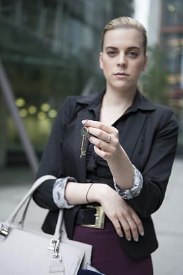 女人,钥匙,拿着,注视镜头,房间钥匙,垂直画幅,半身像,销售职位,套装,仅成年人