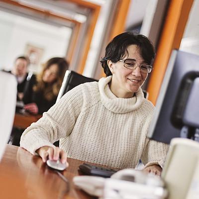 办公室,女商人,书桌,平衡折角灯,it技术支持,忙碌,男商人,新创企业,现代,培训课