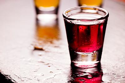 小酒杯,樱桃,桌子,水平画幅,无人,玻璃杯,含酒精饮料,饮料,石片,摄影