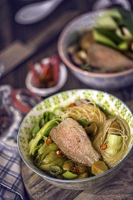油菜,牛肉,玻璃杯,面汤,粉丝,馄饨,饺子,餐具,垂直画幅,胡萝卜