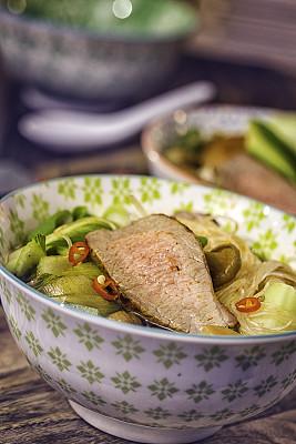 油菜,牛肉,面汤,玻璃杯,粉丝,馄饨,饺子,餐具,垂直画幅,胡萝卜