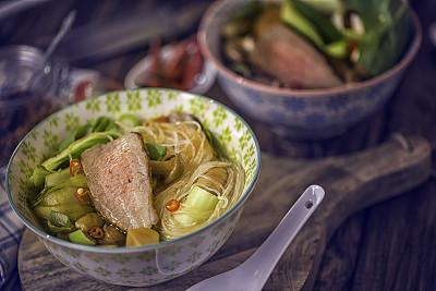 油菜,牛肉,玻璃杯,面汤,粉丝,馄饨,柠檬草,饺子,餐具,胡萝卜