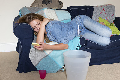 学生,发短信,宿醉,学校公寓,脚悬空,青少年,仅成年人,疲劳的,沙发,青年人