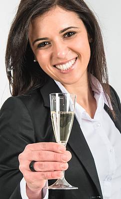 女商人,香槟杯,白色背景,垂直画幅,美,30到39岁,半身像,拉美人和西班牙裔人,美人,套装