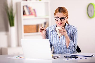 女商人,使用手提电脑,办公室,笔记本电脑,水平画幅,工作场所,白人,咖啡,仅成年人,网上冲浪