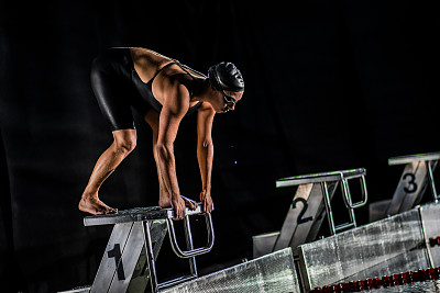 游泳起跑架,起跑架,浅水泳池,起跑线,水,休闲活动,水平画幅,夜晚,游泳池,职业运动员