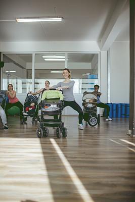 健身房,松弛练习,母亲,婴儿,一群女人中间的一个男人,非洲本土人,健身球,垂直画幅,少量人群,休闲活动