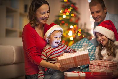 圣诞礼物,家庭,幸福,礼物,夜晚,男性,青年人,彩色图片,新年,新年前夕