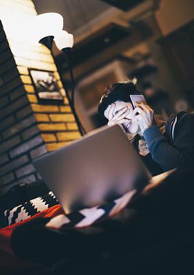 疲劳的,女人,使用手提电脑,垂直画幅,家庭生活,仅成年人,青年人,过度劳累,技术,计算机