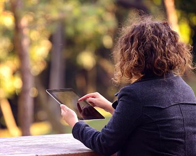 女人,公园,平板电脑,休闲活动,电子商务,草,网上冲浪,青年人,技术,休闲正装