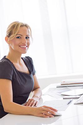 女商人,垂直画幅,电子邮件,仅成年人,青年人,专业人员,信心,技术,触控板,计算机