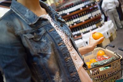 橙子,女人,水果,拿着,棉布茄克,留白,半身像,商店,周末活动,彩色图片
