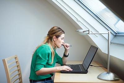 理想化的,电子邮件,新创企业,仅成年人,明亮,想法,青年人,技术,计算机,正装