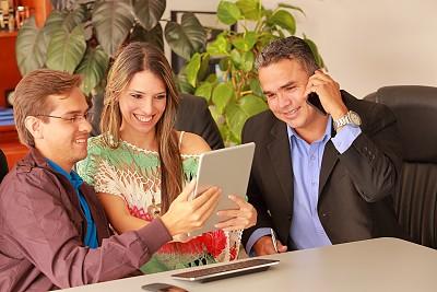 人群,男人,商务人士,看,投影屏幕,办公室,少量人群,水平画幅,电话机,男性