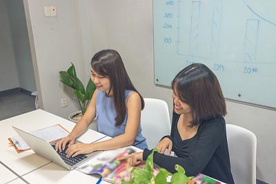 女人,办公室,两个人,周末活动,做计划,漫谈专栏作家,留白,高视角,男商人,男性