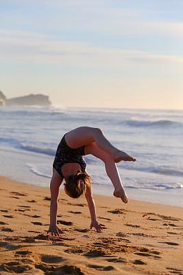 女孩,海滩,体操,杂技活动,垂直画幅,休闲活动,夏天,户外,海洋,休闲追求