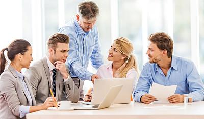 会议,使用电脑,商务人士,五个人,办公室,笔记本电脑,水平画幅,人群,白人,中等数量人群
