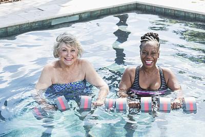 水中有氧运动,老年女人,游泳池,健身课程,人老心不老,水,女朋友,夏天,非裔美国人,仅成年人