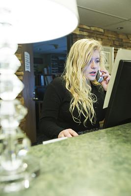 酒店服务台,电话机,把手,垂直画幅,顾客,灯,白人,经理,仅成年人,长发