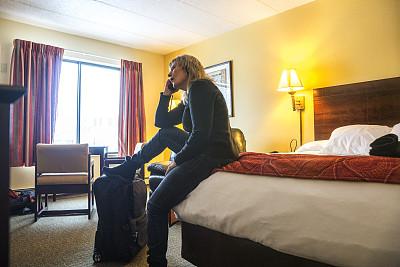 女人,宾馆客房,汽车旅馆,水平画幅,灯,行李,仅成年人,明亮,居住区,私密