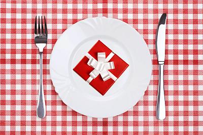 礼物,红色背景,生日,金属,想法,白色,彩色图片,缎带,一个物体,闪亮的