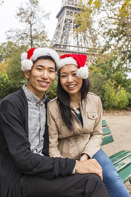青年人,浪漫,异性恋,巴黎,亚洲,垂直画幅,圣诞帽,注视镜头,新婚夫妇
