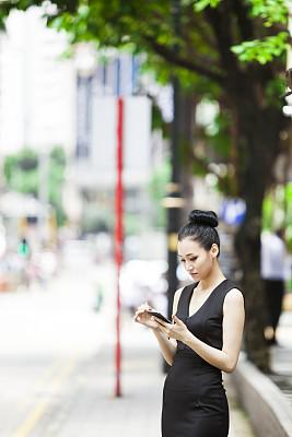 亚洲,进出港显示牌,女孩,铜锣湾,垂直画幅,留白,半身像,东亚,仅成年人,现代