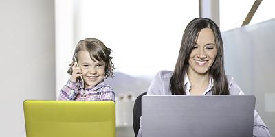 专业人员,女儿,工作母亲,留白,家庭生活,网上冲浪,知识,青年人,技术,计算机