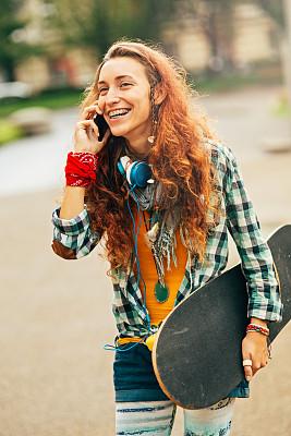 稀缺,垂直画幅,美,青少年,公园,交流方式,电话机,美人,夏天,户外