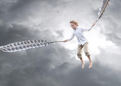 男孩,轻轻浮起,正面视角,天空,四肢,半空中,气候与心情,男性,自由,想法
