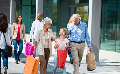 孙女,老年伴侣,购物袋,垂直画幅,多代家庭,水平画幅,手牵手,伴侣,人群,商店