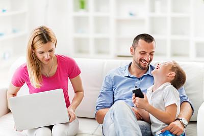 家庭生活,无线技术,30到39岁,笔记本电脑,少量人群,水平画幅,电话机,父母,人群,白人