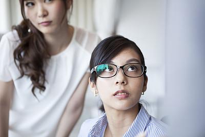 经理,女商人,讲故事,办公室,美,水平画幅,美人,白人,仅成年人,眼镜