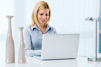 女商人,使用电脑,办公室,笔记本电脑,水平画幅,秘书,忙碌,白人,仅成年人,白领