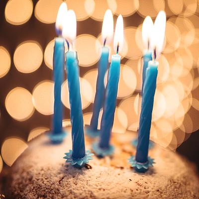 蛋糕,生日,灯串,生日蜡烛,夜晚,生日蛋糕,无人,散焦,面包店,周年纪念