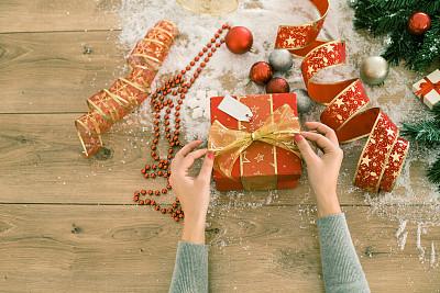 圣诞礼物,女人,裹住,包装纸,有包装的,礼物标签,圣诞卡,水平画幅,高视角