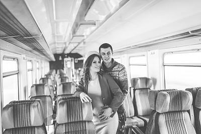 火车,青年伴侣,美,水平画幅,美人,铁轨轨道,伴侣,白人,青年人,商业金融和工业