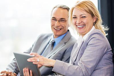 商务人士,使用平板电脑,水平画幅,注视镜头,工作年长者,白人,男商人,男性,仅成年人,白领