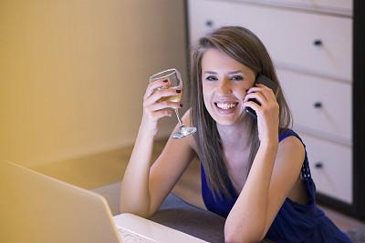 储蓄,葡萄酒,电子邮件,智慧,顾客,电子商务,沙发,青年人,信心,技术