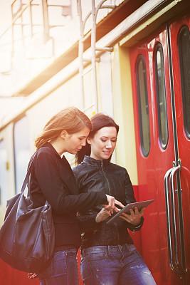 旅行者,平板电脑,火车站,青年女人,垂直画幅,社会化网络,人,使用电脑,仅成年人,等