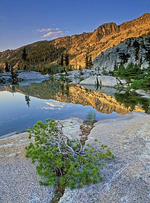 倒影湖,卡里布山脉,锡斯基尤县,北加利福尼亚州,垂直画幅,水,宁静,地形,无人,偏远的