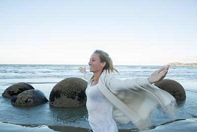 球体,巨石,青年女人,张开手臂,注视镜头,摩拉基大圆石,moeraki,奥塔哥地区,呼吸运动,新西兰南岛