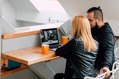 公寓,使用手提电脑,徒步旅行,高脚椅,半身像,家庭生活,旅行者,电子商务,30岁到34岁,男性