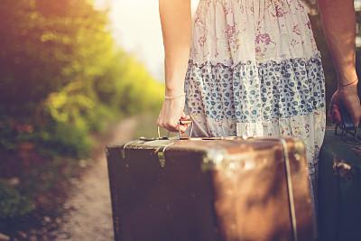 女人,远距离,手提箱,天空,古典式,夏天,草,图像,仅成年人,被抛弃的