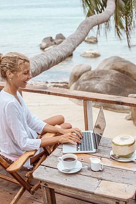 咖啡,使用手提电脑,椰子树,青年女人,青年人,垂直画幅,留白,夏天,异国情调,棕榈树