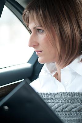 青年女人,后座,豪华轿车,车座,垂直画幅,忙碌,套装,疲劳的,青年人,专业人员