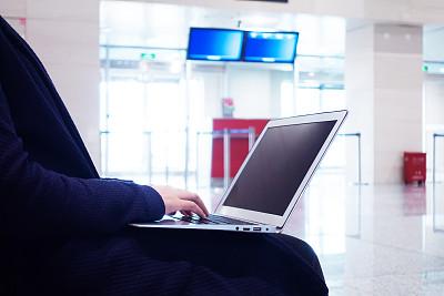 女人,使用手提电脑,机场,留白,笔记本电脑,座位,水平画幅,椅子,仅成年人,白领