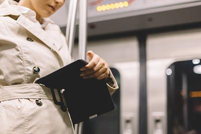 地铁,女商人,电子书,地铁站,电子阅读器,缆车,留白,知识,青年人,巴黎地铁