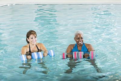 水中有氧运动,健身课程,女人,水,留白,休闲活动,高视角,女朋友,非裔美国人,不看镜头