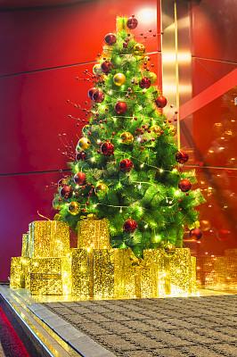 圣诞装饰,垂直画幅,台阶,夜晚,无人,蝴蝶结,圣诞树,圣诞礼物,楼梯